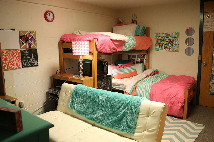 Угловое расположение кроватей в комнате девушек студенток