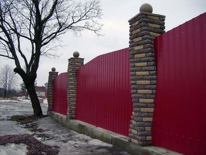 Спиралевидные столбы на заборе из профилированного листа