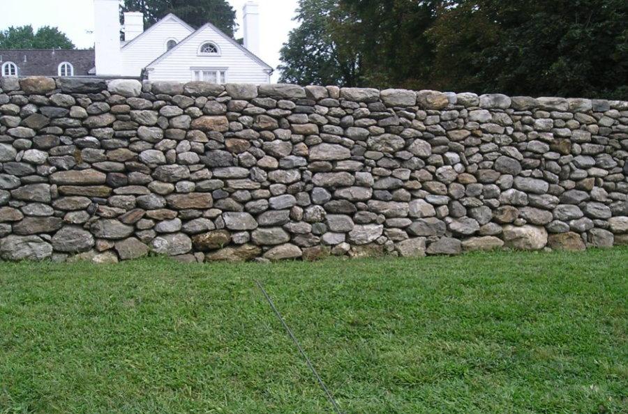 Сплошной забор из бутового камня