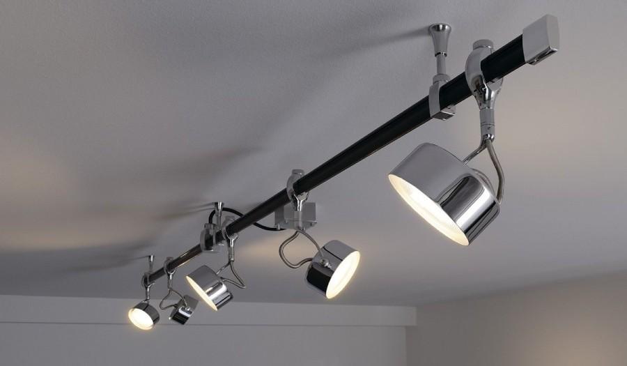Споты на кронштейне под потолком спальни