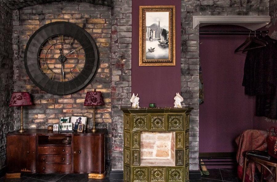 Имитация старых кирпичей в интерьере прихожей комнаты
