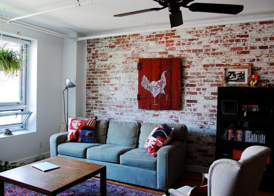 Декор стены с обоями под кирпич в небольшом зале