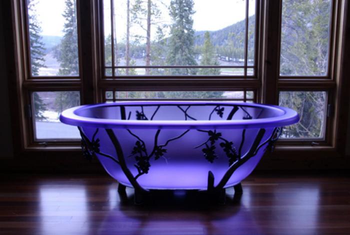 Стеклянная ванна перед окном с деревянными рамами