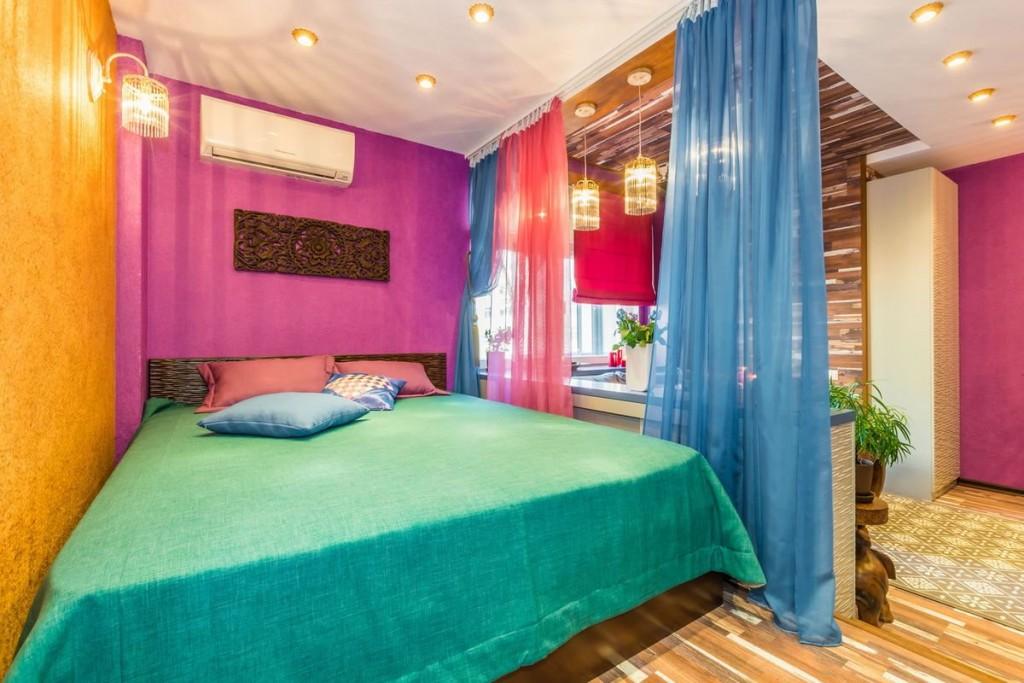 Зонирование квартиры цветными шторами из тюля