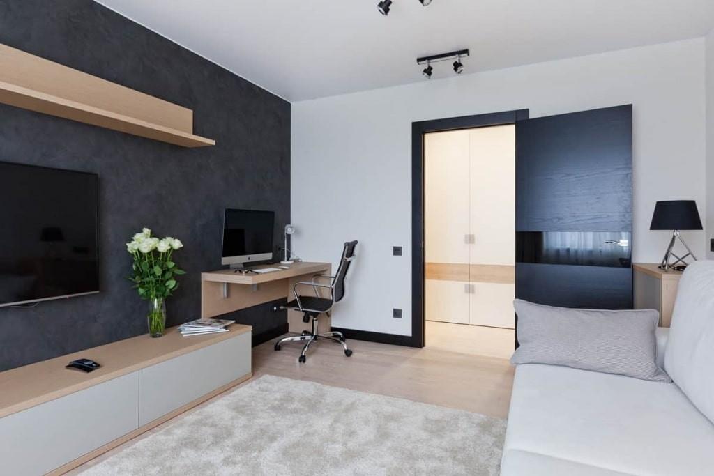 Рабочий стол в углу гостиной двухкомнатной квартиры