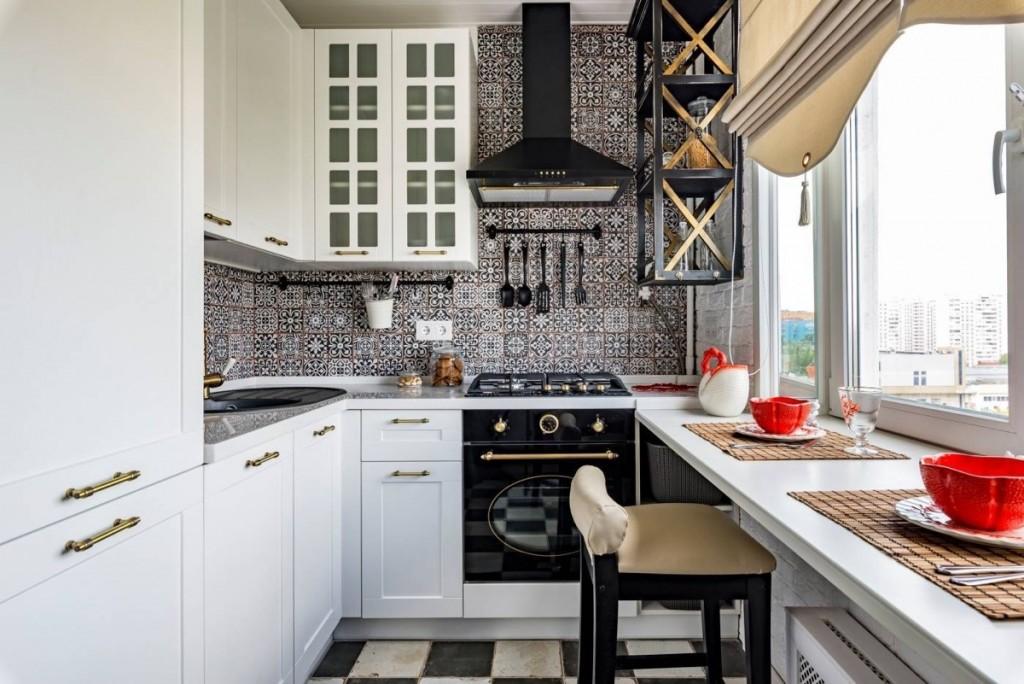 Стол-подоконник в кухне небольшой площади