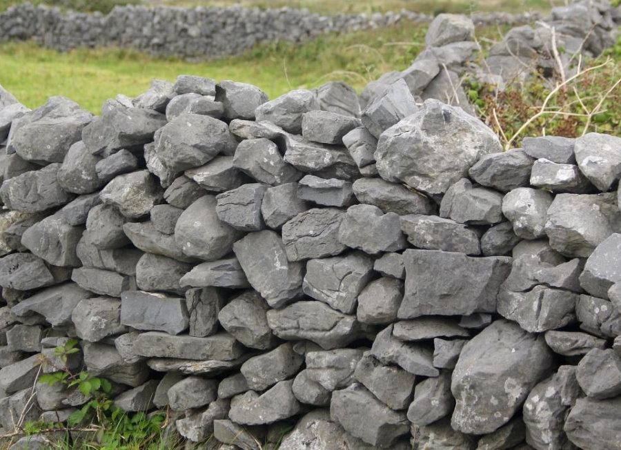 Низкий декоративный заборчик из серого камня