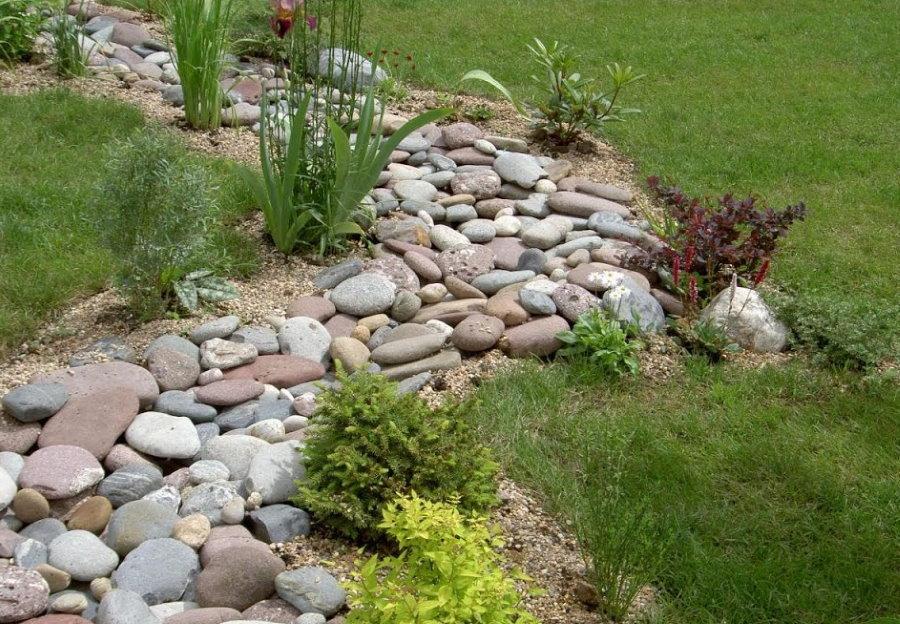 Сухой ручей из округлых камней на даче