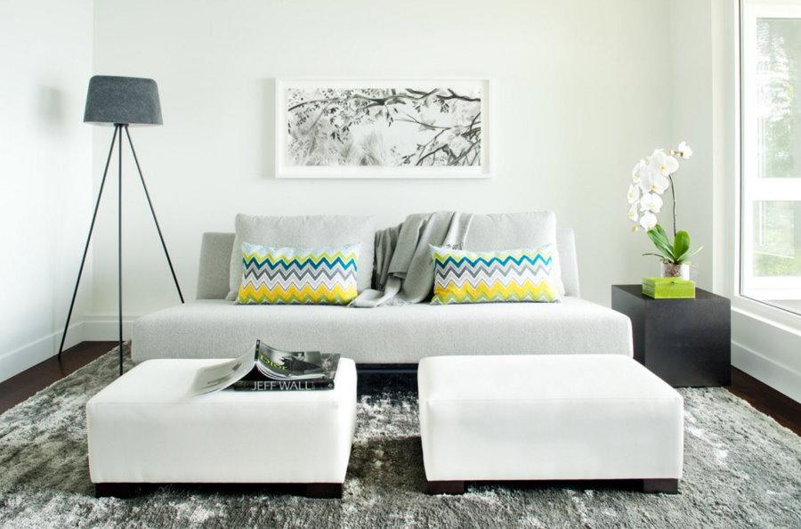 Белая мебель в гостиной двухкомнатной квартиры