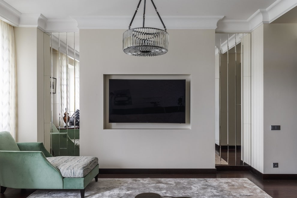 Черный телевизор в нише стены гостиной комнаты
