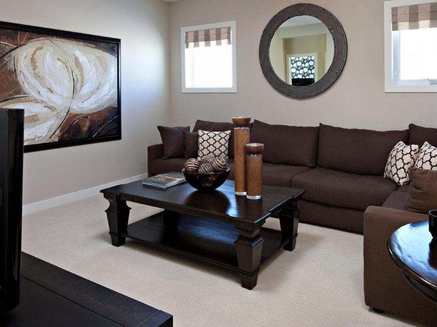 Темная мебель в небольшой гостиной с белым напольным покрытием