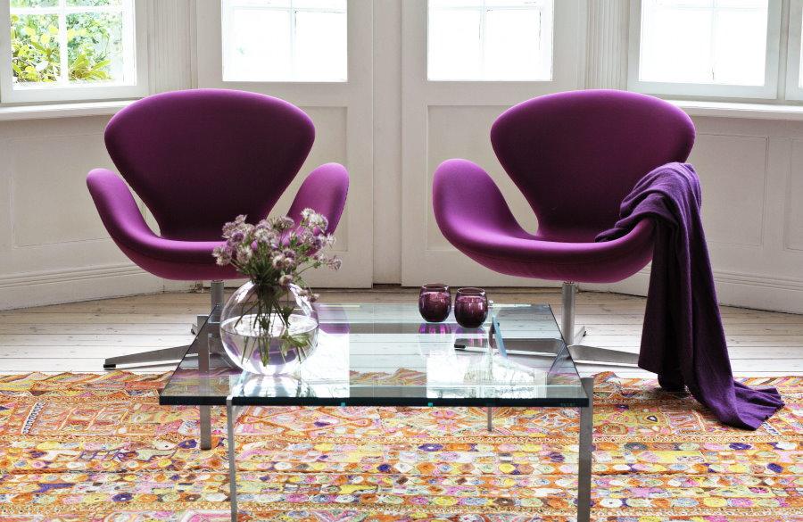 Фиолетовые кресла в эркере гостиной комнаты
