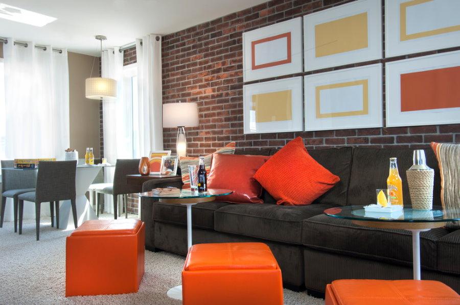 Имитация кирпичной стены в современной квартире