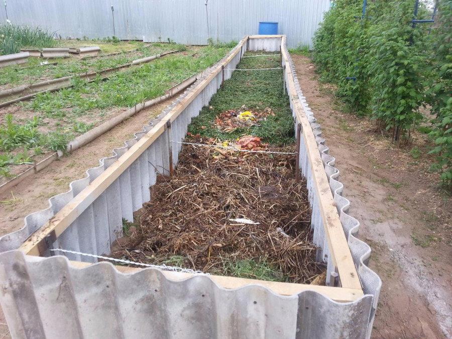 Наполнение травой и компостом теплой грядки из шифера