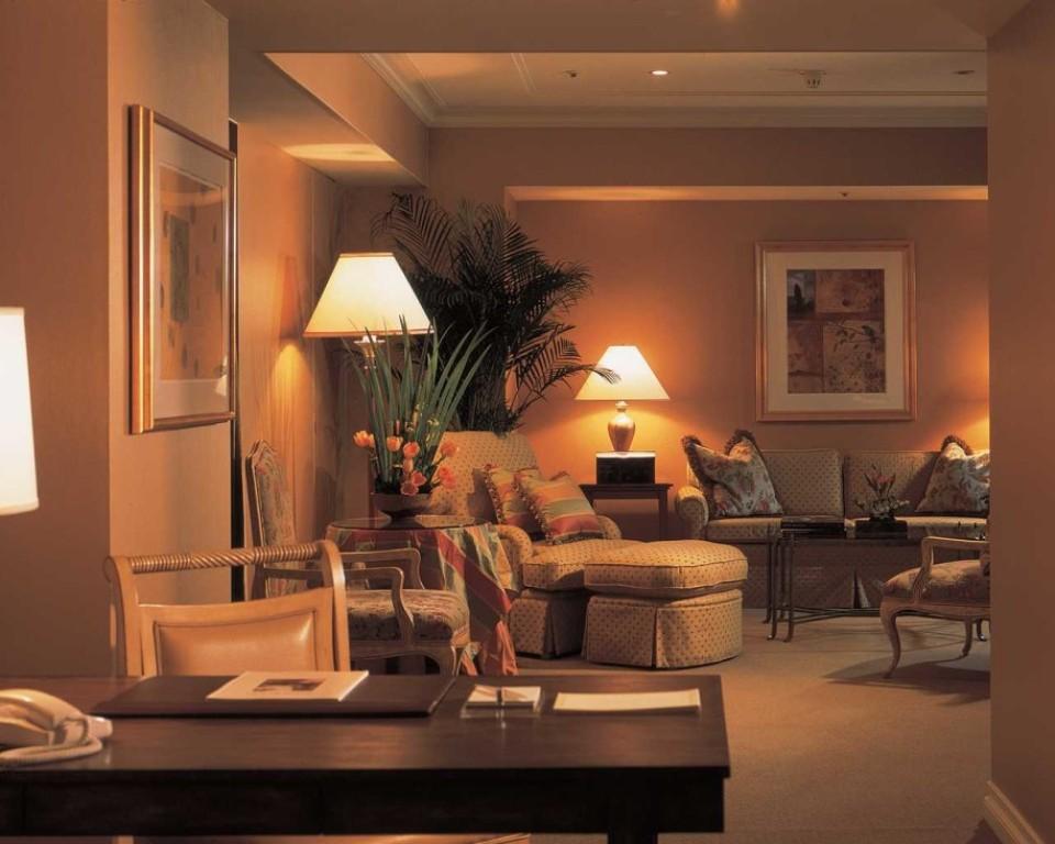 Освещение зоны отдыха в уютной комнате