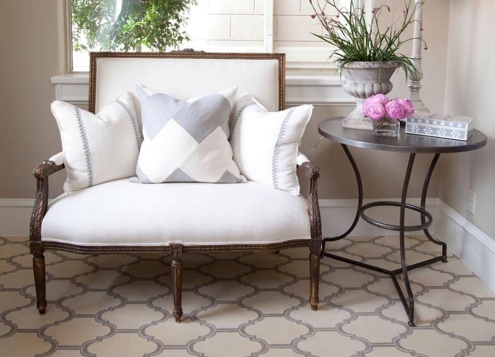 Удобный диванчик с белой обивкой