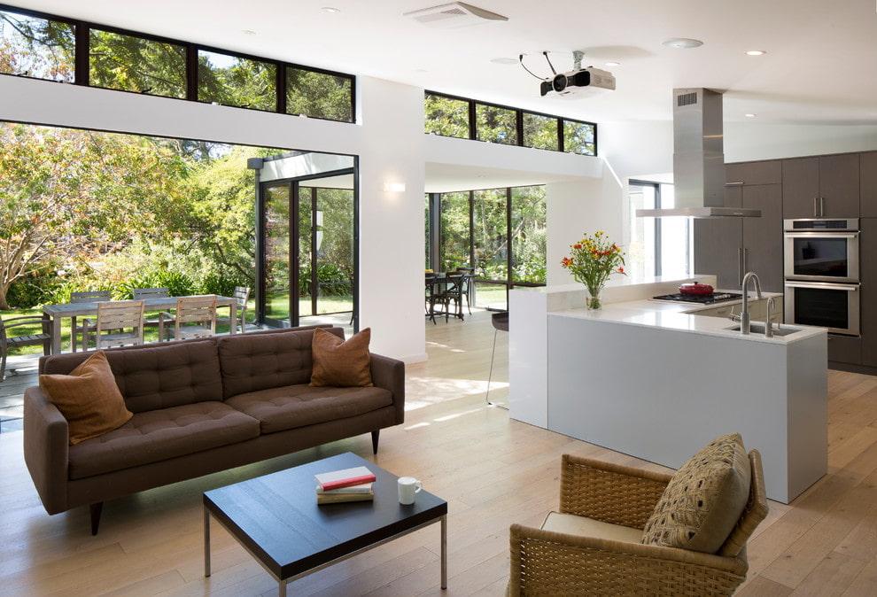 тканевый коричневый диван в гостиной