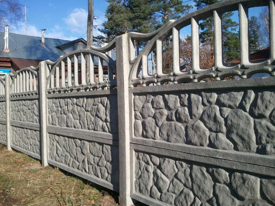 Серый бетонный забор с декоративной секцией