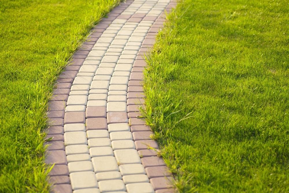 Тропинка из брусчатки разного цвета через газон