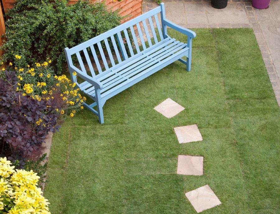 Пошаговая тропинка из квадратной плитки к садовой скамейке