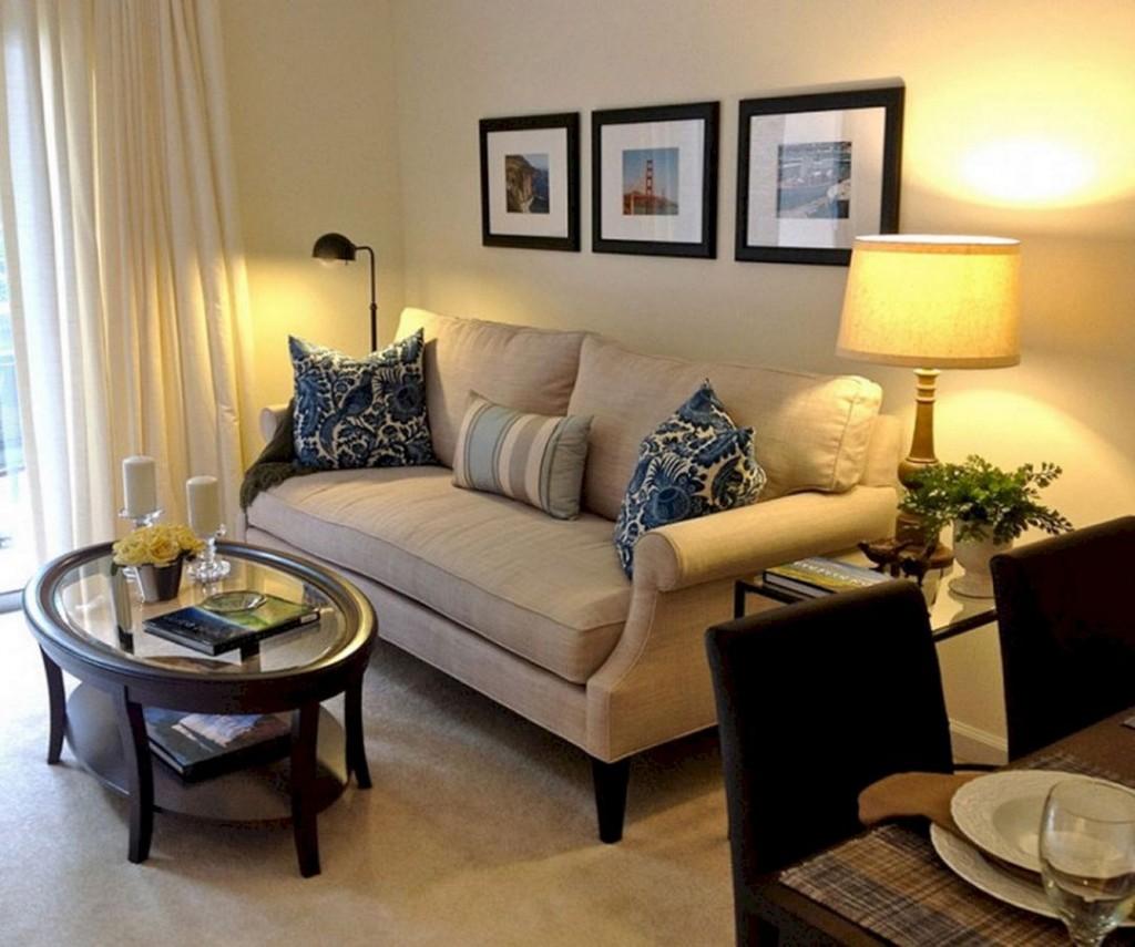 Удобный диван в углу гостиной комнаты