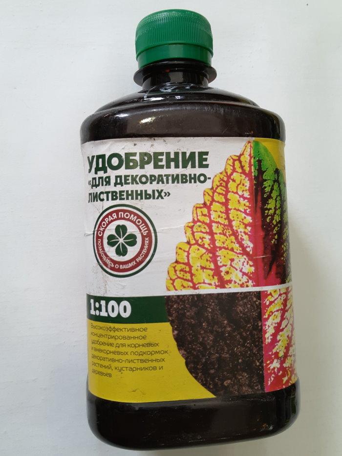 Флакон био-удобрения для подкормки ивы на даче
