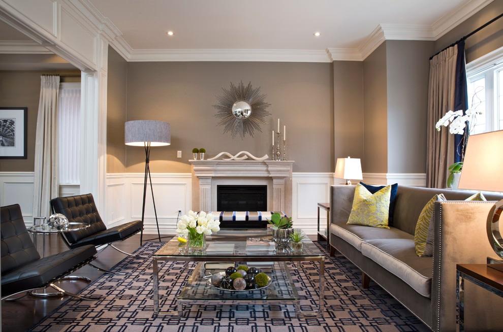 Отделка белыми панелями низа стен в гостиной