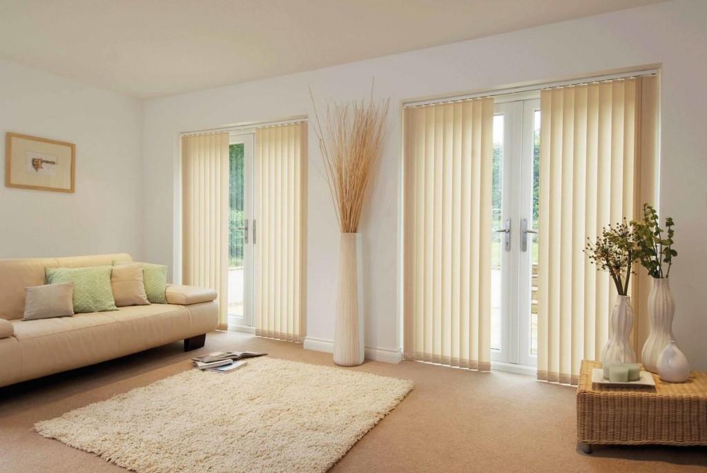 Светлая гостиная с вертикальными жалюзи на окнах