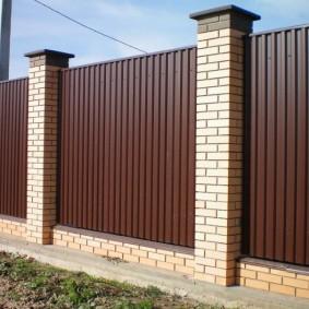 Вертикальное расположение профнастила на садовом заборе
