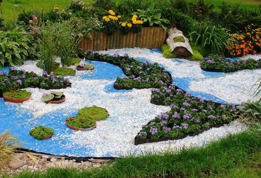 Сухое озеро из цветной гальки на садовом участке