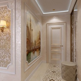 Вставки из обоев на стене коридора