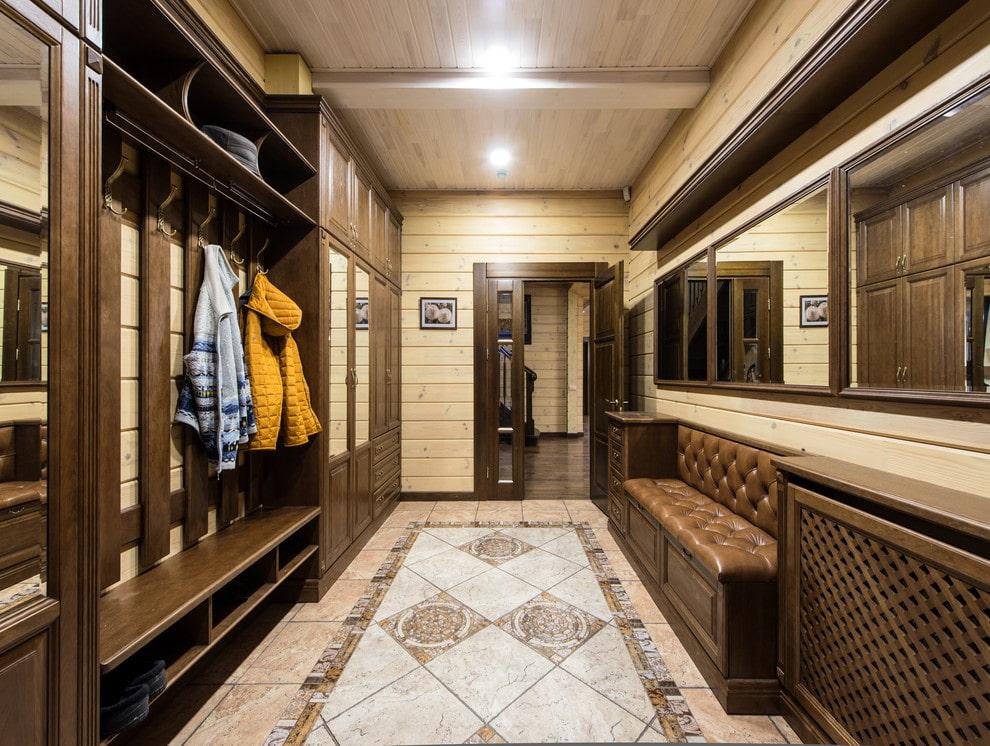Меблировка просторной прихожей с вешалкой и диванчиком