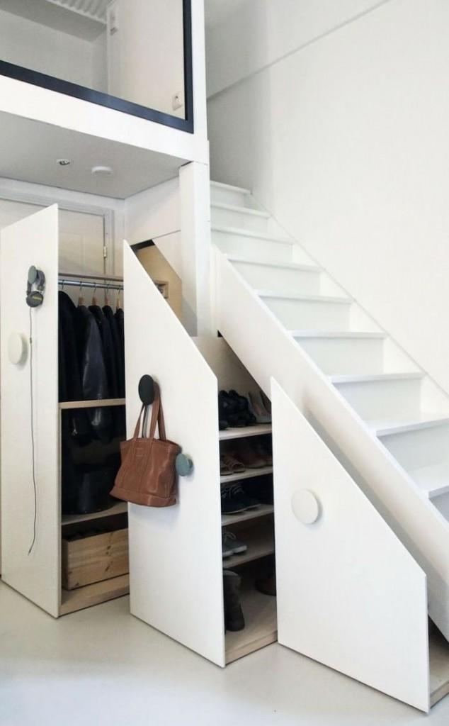Выдвижной гардероб под лестницей в частном доме