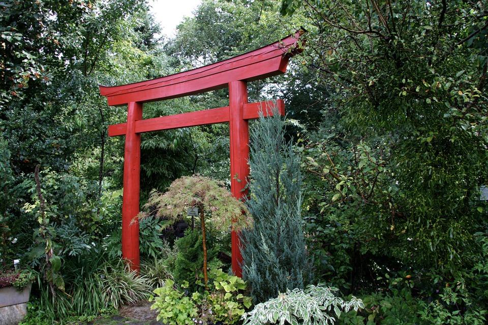 Красная садовая арка в восточном стиле
