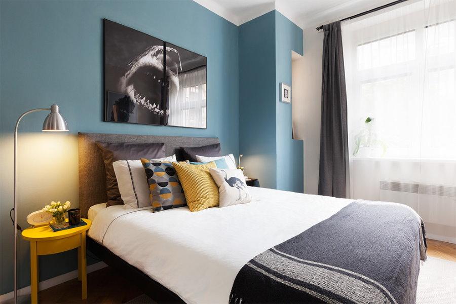 Декор синей стены в спальне площадью 14 квадратов