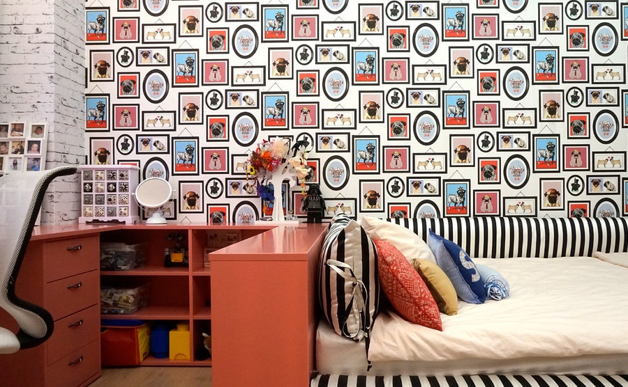 Декорирование обоями стены в маленькой комнате для мальчика
