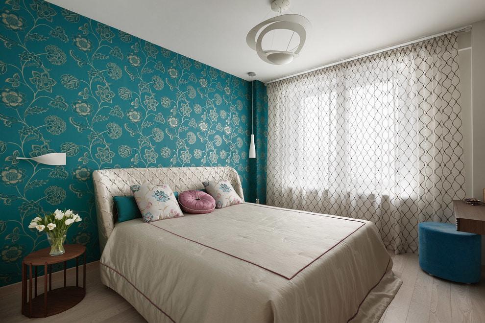 Бирюзовые обои в спальне с большим окном