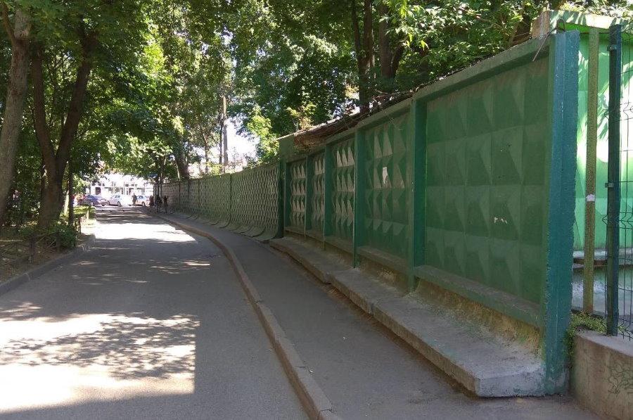 Г-образный бетонный забор самостоящего типа
