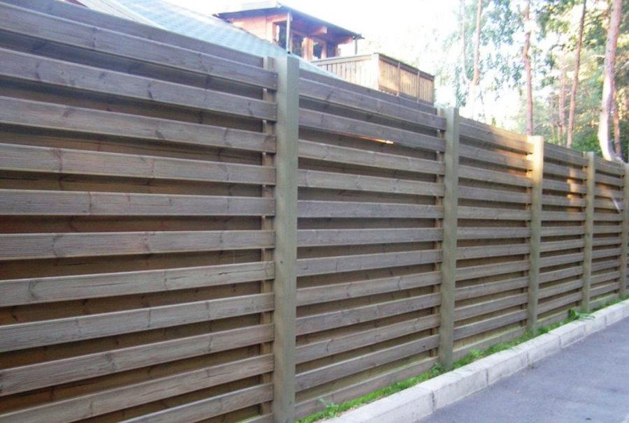 Прочный забор из досок с горизонтальной укладкой