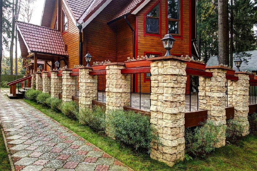 Красивый забор с отделкой столбов искусственным камнем