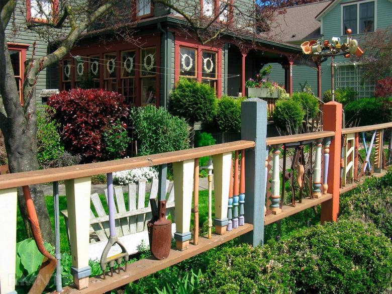 Красивый забор из дерева на садовом участке