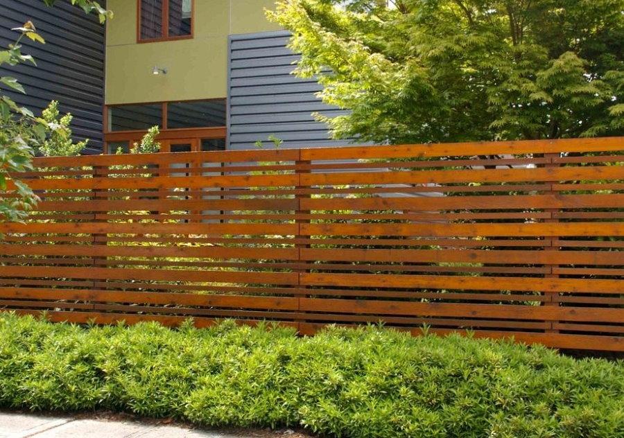Продольное расположение досок на деревянном заборе