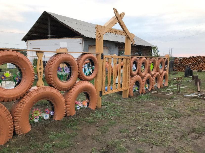Забор из автомобильных шин с деревянной калиткой