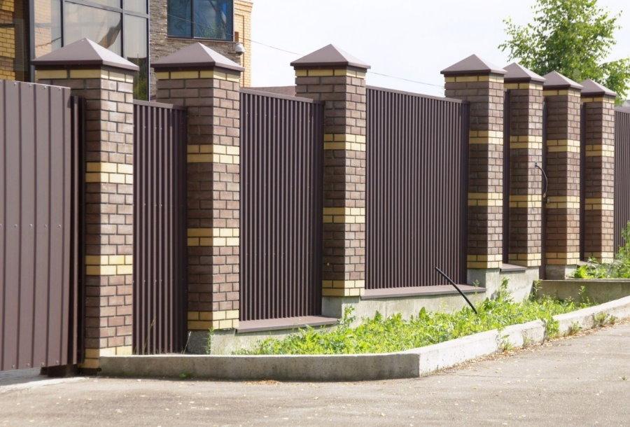 Глухой забор из профлиста на кирпичных колоннах