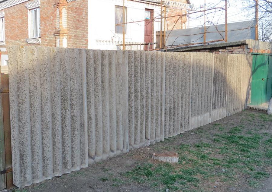 Забор из старого шифера на загородном участке