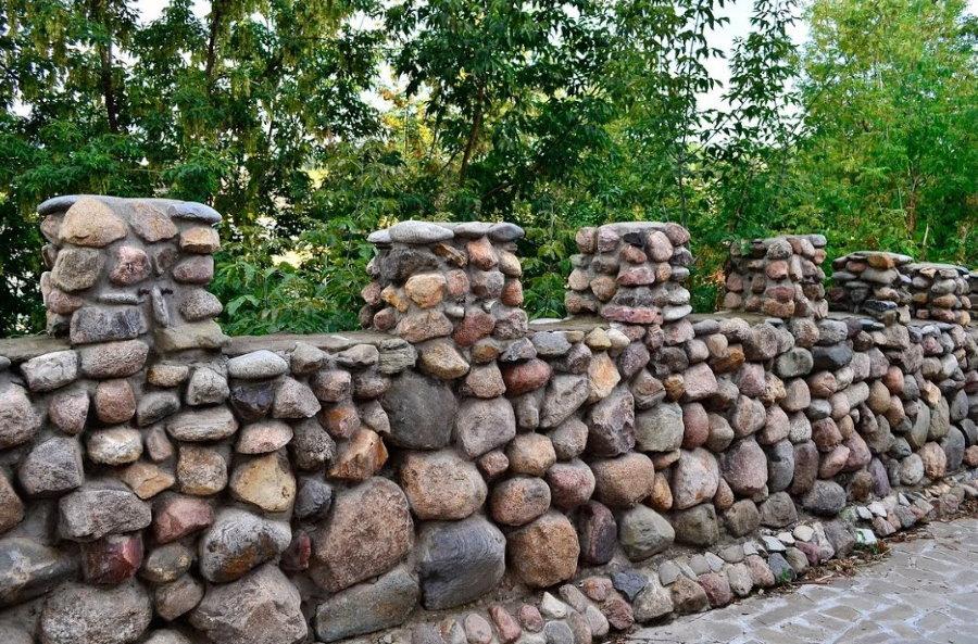Садовый забор из бутового камня разного формата