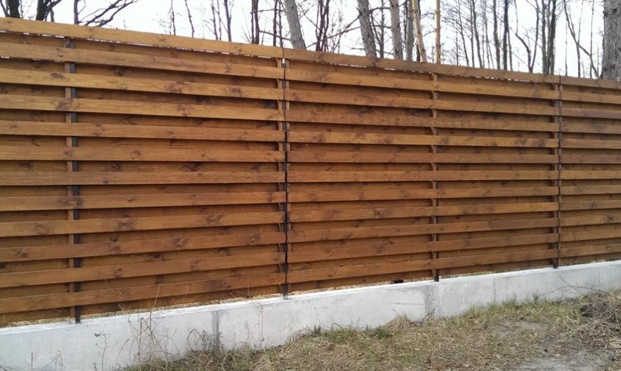 Деревянный забор с бетонным основанием