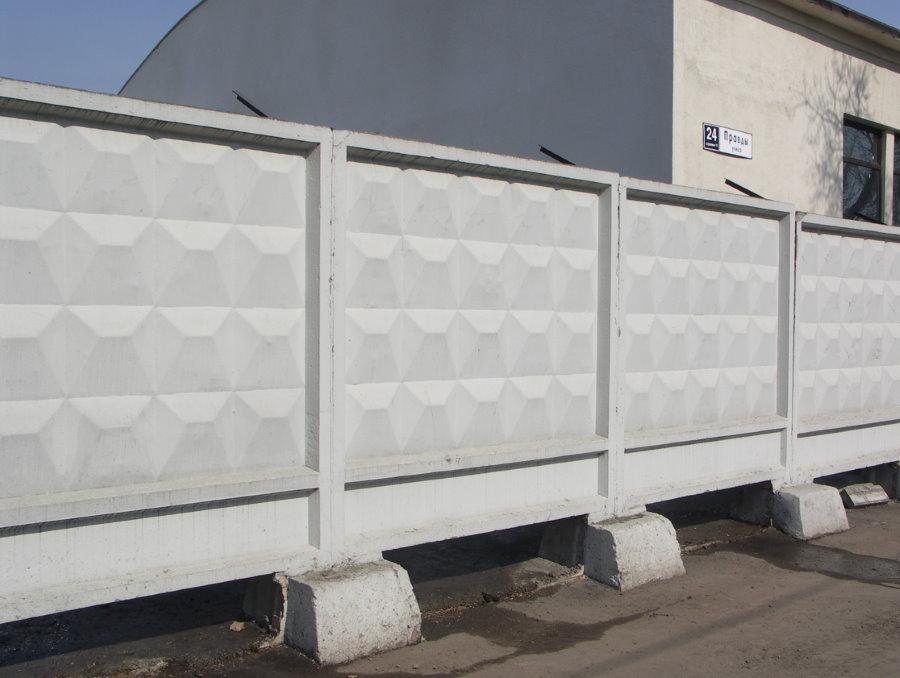 Ограждение строительной базы бетонным забором на стаканах