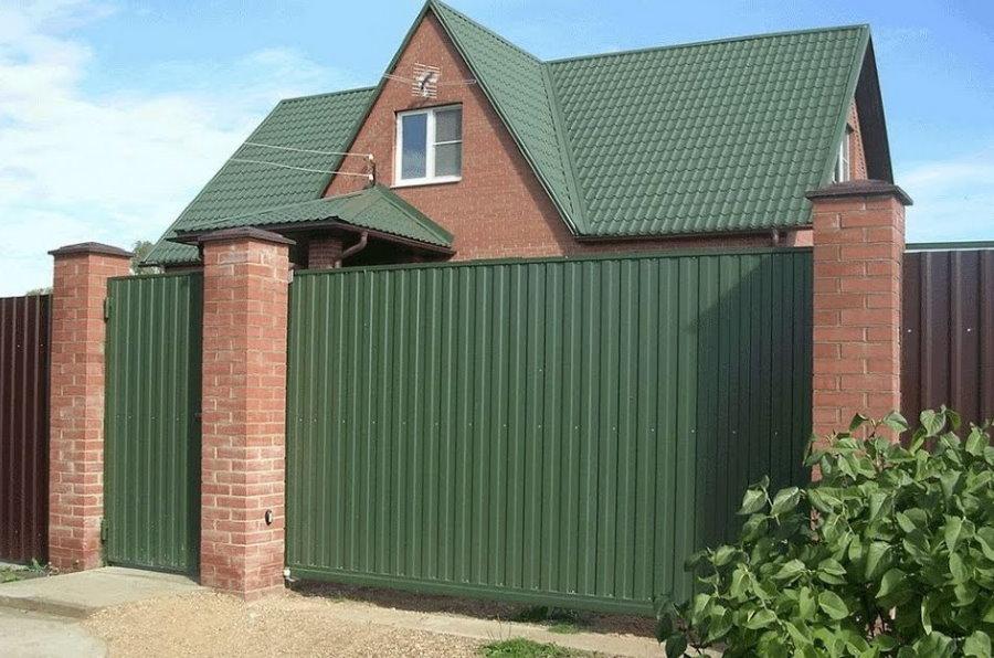 Зеленый профлист на воротах под крышу на доме