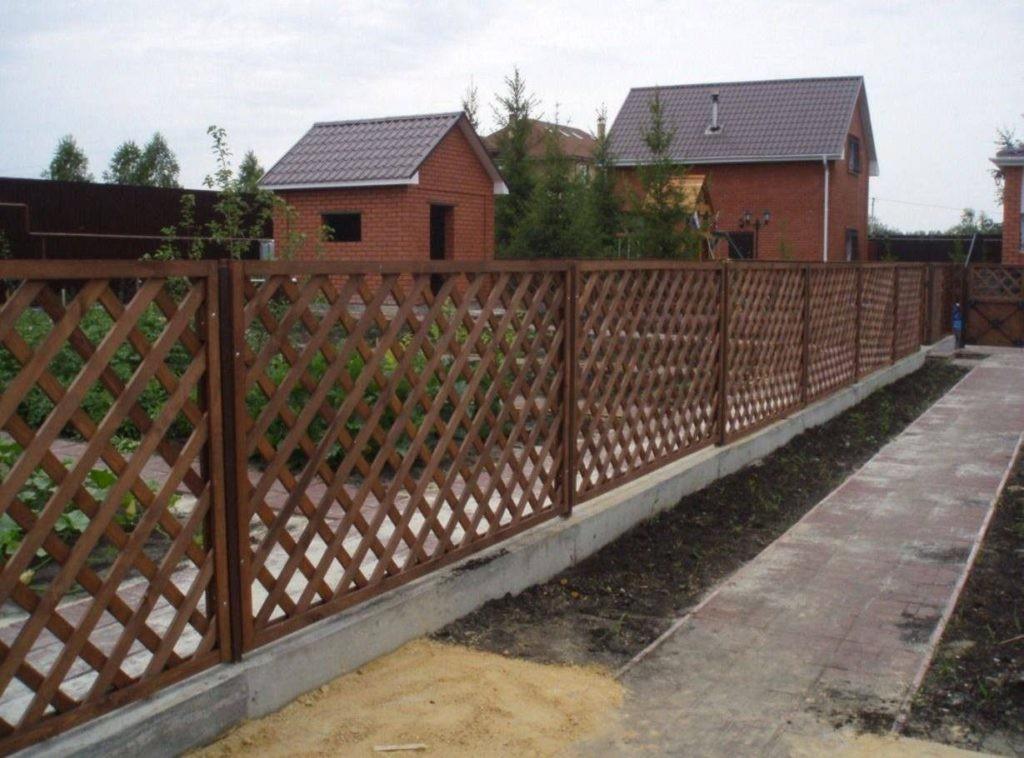 Решетчатый забор из деревянного штакетника